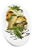 Abendessen von gebratenen Fischen und von Salat Stockfoto