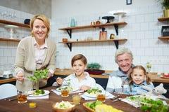 Abendessen zu Hause lizenzfreie stockfotos