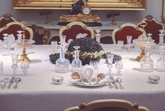 Abendessenanordnung im Palastraum Lizenzfreie Stockfotografie