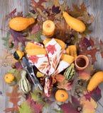 Abendesseneinstellung für Herbstsaison mit brennender Kerze plus wirkliches gou Stockfotos