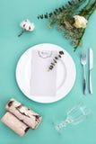 Abendessenmenü für eine Hochzeit oder ein Luxusabendessen Gedeck von oben Elegante leere Platte, Tischbesteck, Glas und Stockfotografie