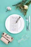 Abendessenmenü für eine Hochzeit oder ein Luxusabendessen Gedeck von oben Elegante leere Platte, Tischbesteck, Glas und Blumen Lizenzfreies Stockbild