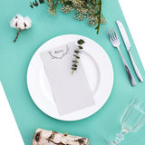 Abendessenmenü für eine Hochzeit oder ein Luxusabendessen Gedeck von oben Elegante leere Platte, Tischbesteck, Glas und Stockfotos