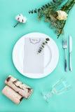 Abendessenmenü für eine Hochzeit oder ein Luxusabendessen Gedeck von oben Elegante leere Platte, Tischbesteck, Glas und Blumen Stockfotografie