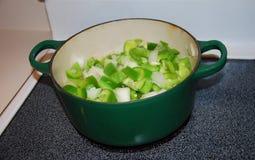 Abendessenvorbereitung für Kasserolle stockbild