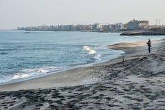 Abendfischen auf schwarzem Sand in Pomorie, Bulgarien Lizenzfreie Stockbilder