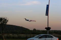 Abendflug der Flugzeuge Stockfotografie
