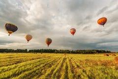 Abendflug der Heißluftballone Lizenzfreie Stockbilder