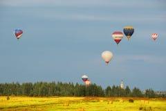 Abendflug der Heißluftballone Stockfotografie