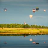 Abendflug der Heißluftballone Lizenzfreie Stockfotos