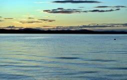 Abendhimmel über dem See Stockfotos