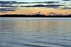 Abendhimmel über dem See Stockfotografie