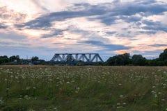 Abendhimmel über der Eisenbahnbrücke und geblühten der Bogolyubovo-Wiese, Vladimir-Region Lizenzfreie Stockbilder