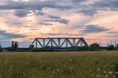 Abendhimmel über der Eisenbahnbrücke und geblühten der Bogolyubovo-Wiese, Vladimir-Region Stockfoto