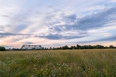 Abendhimmel über der Eisenbahnbrücke und geblühten der Bogolyubovo-Wiese, Vladimir-Region Stockbild