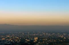 Abendhimmel über Stadt Stockbilder