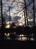 Abendhimmel, der im Wasser sich reflektiert Stockbild