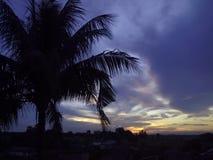 Abendhimmel in einem Dorf stockfotos