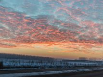 Abendhimmel mit hellen rosa Wolken Schöne Landschaft mit Sonnenuntergang Lizenzfreies Stockbild