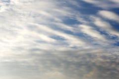 Abendhimmel mit kleinen Wolken der Lose - natürlicher Hintergrund Stockbilder