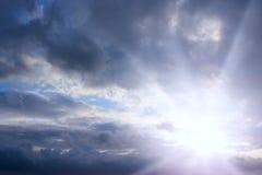 Abendhimmel mit Wolken und sonnigen Strahlen Sonnenuntergang der Sonne Stockfotografie