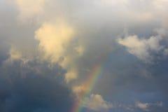 Abendhimmel nach Regen, Regenbogen steigt in die Wolke, a fabelhaft ein Lizenzfreie Stockfotografie