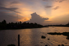 Abendhimmel an riverMaenam Tha Chin, Nakhon Pathom, Thailand Tha Chin Lizenzfreies Stockfoto