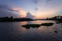 Abendhimmel an riverMaenam Tha Chin, Nakhon Pathom, Thailand Tha Chin Stockfoto