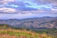 Abendhimmel und -Panoramablicke von der Bergspitze von Phu Lom Lo, Nationalpark Phu Hin Rong Kla, Kok Sathon, Dan Sai District, L Lizenzfreies Stockfoto