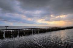 Abendhimmel und Reihen von Bambusstöcken im Meer nahe Matchanu-Schrein, Phanthai Norasing, Bezirk Mueang Samut Sakhon, Samut Sakh Lizenzfreies Stockfoto