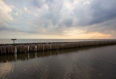 Abendhimmel und Reihen von Bambusstöcken im Meer nahe Matchanu-Schrein, Phanthai Norasing, Bezirk Mueang Samut Sakhon, Samut Sakh Stockfotos