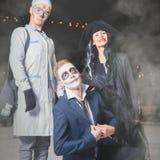 Abendkleid Halloweens der Hexe, des Doktors und des Jacks - Vorlagenkürbis Stockfotos