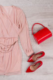Abendkleid mit einer roten Tasche und Schuhen Stockfotos