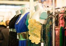 Abendkleider in einem Speicher Lizenzfreie Stockfotos