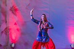 Abendländische Frau tanzt heiligen indischen Tanz Stockfotografie