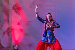 Abendländische Frau tanzt heiligen indischen Tanz Lizenzfreie Stockbilder