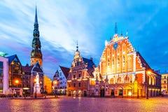 Abendlandschaft der alten Stadt Hall Square in Riga, Lettland Stockfotografie