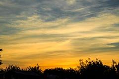Abendlandschaft mit kontrastierenden Sonnenunterganghimmeln Lizenzfreies Stockbild