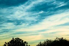 Abendlandschaft mit kontrastierenden Sonnenunterganghimmeln Stockfotografie