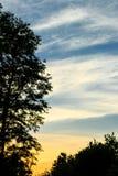 Abendlandschaft mit kontrastierenden Sonnenunterganghimmeln Stockfoto