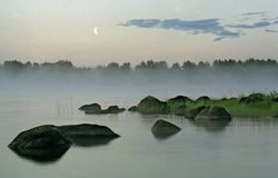 Abendlandschaft mit Nebel, Wasser und Mond: Lizenzfreie Stockfotografie