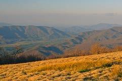 Abendleuchte von einem kahlen Berg Stockbild