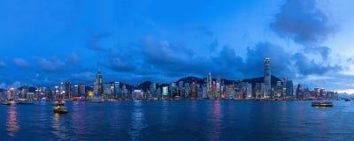Abendpanoramablick beleuchteten Victoria Harbours in HK Lizenzfreie Stockbilder