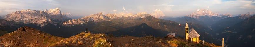 Abendpanoramablick von den Dolomitbergen Stockbild