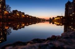Abendpark durch das Wasser Abendstadt durch den Fluss Flussgasse Lizenzfreie Stockbilder