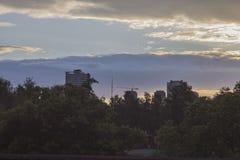 Abendpark und -Skyline Stockfoto