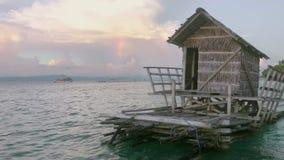 Abendregenbogen und sich hin- und herbewegende Hütte stock footage