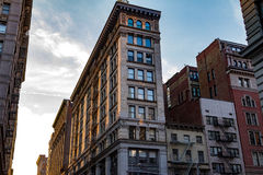 Abendrote auf einem Block von Altbauten in New York City Stockbild