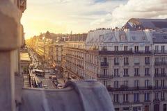 Abendsonne scheint auf den Gebäuden von Paris Stockbild