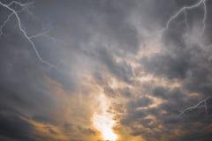 Abendsonne und dunkle Sturmwolken Stockbilder